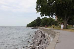 海沿いを歩く