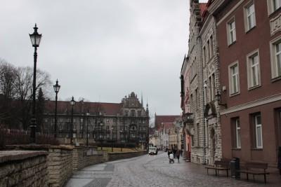 旧市街へと進む道
