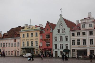 市庁舎広場のパステルカラーな建物たち