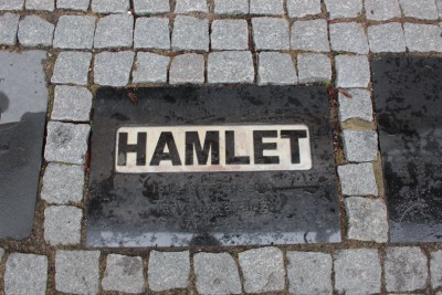 シアター前にハムレットの石版