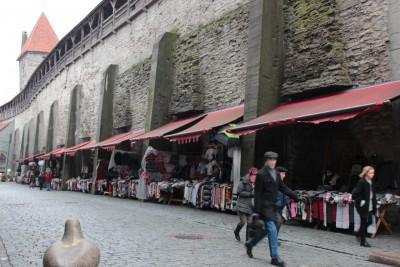 城壁のたもとには屋台たち